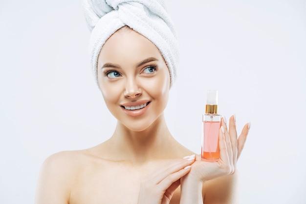Портрет красоты счастливой улыбающейся европейской женщины со здоровой кожей