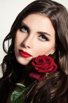 赤いバラのきれいな女性の美しさの肖像画