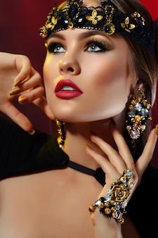 Красота портрет сексуальная девушка в короне и яркий макияж