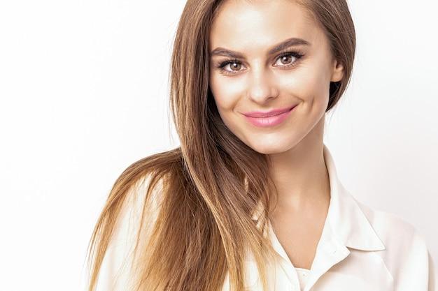흰 셔츠를 입고 검은 머리와 웃는 아름 다운 여자의 아름다움 초상화,
