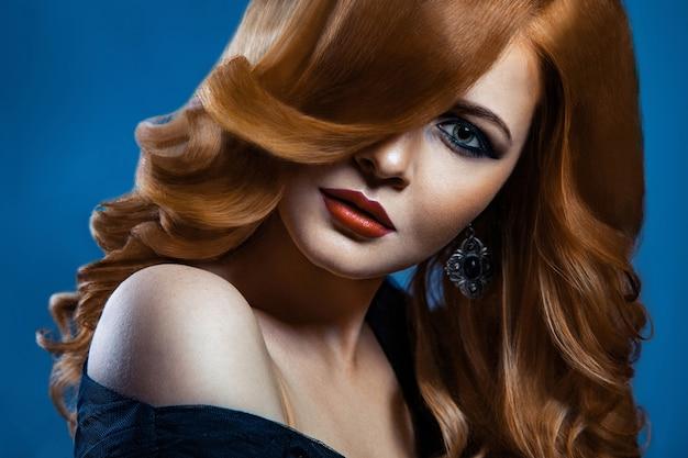 エレガントな髪型とメイクでスタイリッシュな女性の美しさの肖像画