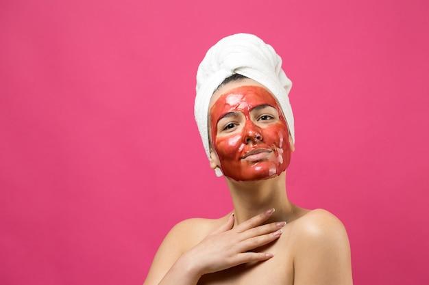 Красота портрета женщины в белом полотенце на голове с золотой питательной маской на лице. уход за кожей, очищающий экологическую органическую косметическую спа-концепцию релаксации.