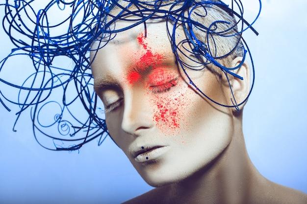 白いボディーアートと顔にネオンパウダーを持つ女性の美しさの肖像画