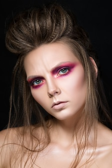 ファッションメイクの若いきれいな女の子の美しさの肖像画。モダンなスモーキーアイメイク