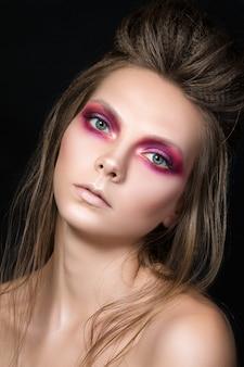 ファッションメイクの若いきれいな女の子の美しさの肖像画。湿ったスモーキーアイメイクアップ