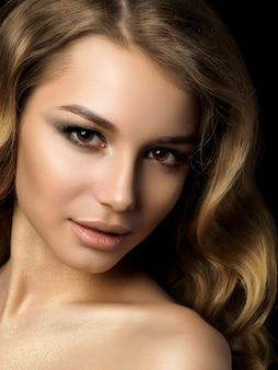 황금 화장과 젊은 여자의 뷰티 초상화입니다. 완벽한 피부와 패션 메이크업, 스모키 눈.