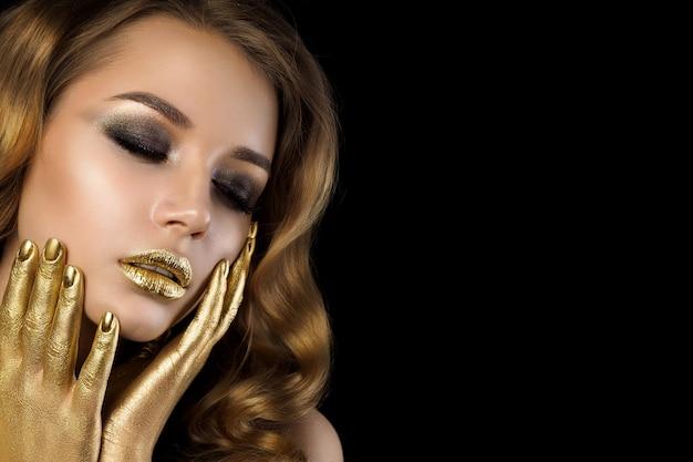 황금 화장과 젊은 여자의 뷰티 초상화입니다. 스모키 눈. 관능, 열정, 트렌디 한 럭셔리 메이크업 컨셉. 공간 복사