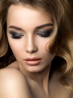 Красота портрет молодой женщины с золотой макияж