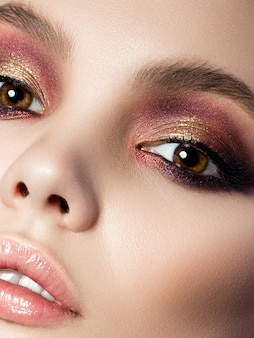 현대 스모키 눈을 가진 젊은 여자의 뷰티 초상화. 완벽한 피부와 패션 메이크업. 관능미, 트렌디 한 고급스러운 메이크업 및 미용 컨셉.