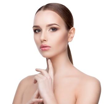 Красота портрет молодой женщины с идеально чистой свежей кожей заделывают, изолированные на белом. концепция ухода за кожей