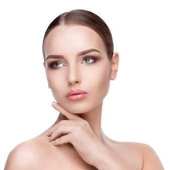 완벽 하 게 깨끗 하 고 신선한 피부를 가진 젊은 여자의 아름다움 초상화는 흰 벽 피부 관리 개념에 격리 닫습니다