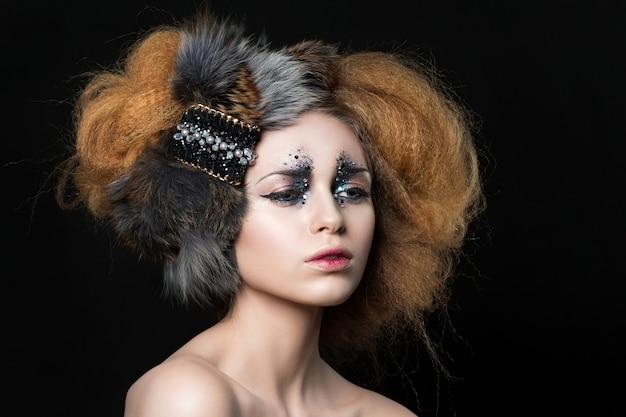 レトロなスタイルのファッションを持つ若い女性の美しさの肖像画は、ラインストーンと唇の赤いオンブルで構成されています。