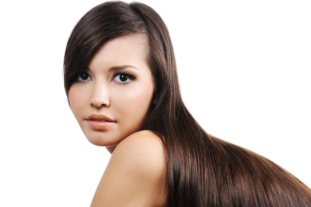 Bellezza nel ritratto di una ragazza abbastanza attraente con lunghi capelli castani