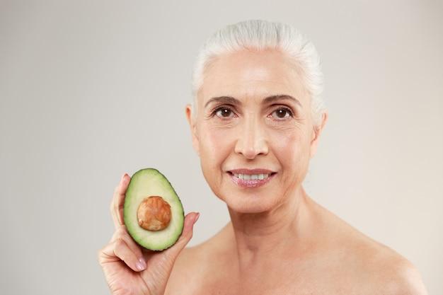 Ritratto di bellezza di una donna anziana mezza nuda sorridente