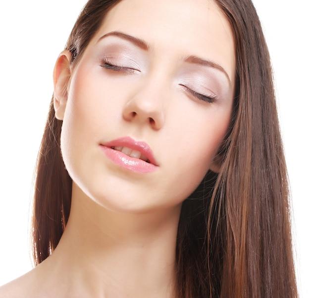 白いスペースで隔離の美しい明るい茶色の長い髪の美しさの肖像画