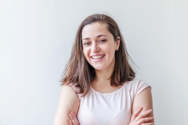 孤立した美しさの肖像画若い幸せなポジティブな女性