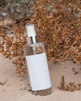 Композиция косметических продуктов в песке