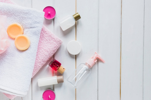 Composizione del prodotto di bellezza con asciugamani