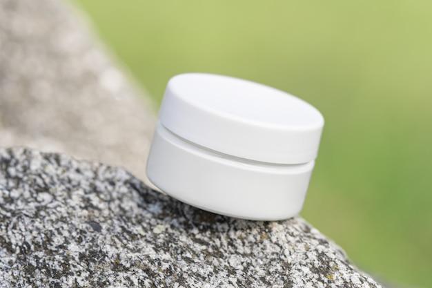 돌 자연 벽에 미용 제품 포장 모형. 항아리에 유기농 화장품. 로션, 손
