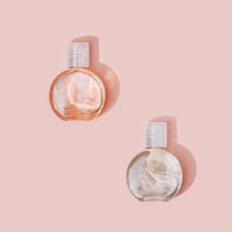 美容製品のモックアップ。小瓶スキンケアのパターン、ボディトリートメントのコンセプト。上面図。