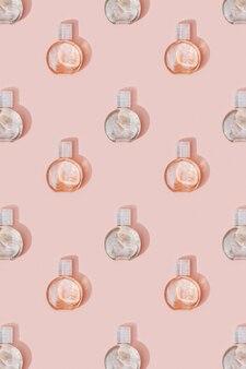 美容製品のモックアップ。淡いピンクの透明なゲルと小瓶からのパターン
