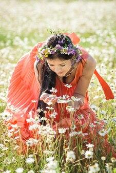 美容ロマンチックな女の子の屋外。太陽の光のフィールドでカジュアルなショートドレスに身を包んだ美しい10代のモデルの女の子。長い髪を吹く。秋。グローサン、サンシャイン。バックライト付き。温かみのある色調。