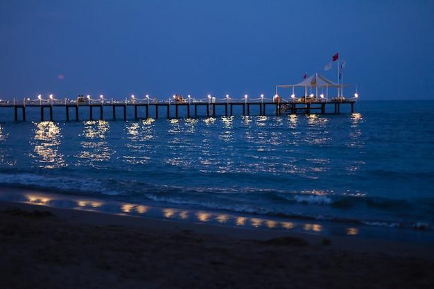아름다운 여름 밤 동안 밝은 조명과 함께 뷰티 로맨틱 부두