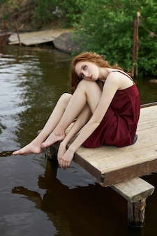 연못 근처 젊은 나가서는 여자의 아름다움 낭만적인 초상화. 아름다운 화장, 소녀가 쉬고 있다