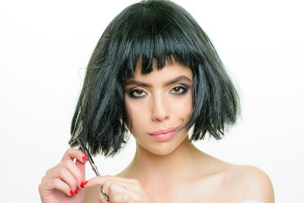 Салон красоты и парикмахер молодая женщина с длинными волосами
