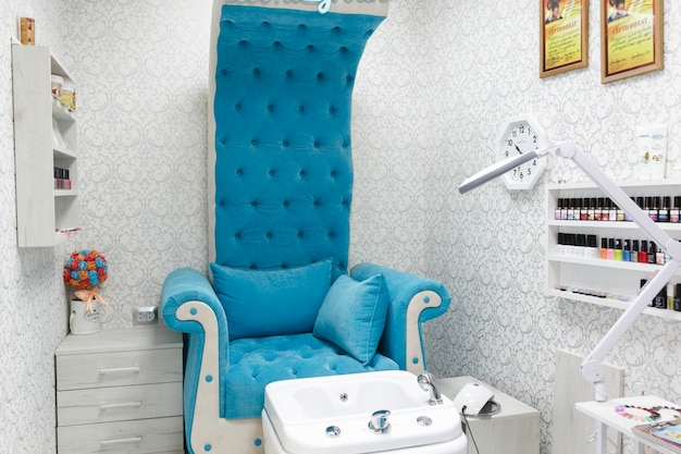 Интерьер салона красоты, инструменты для маникюра и педикюра. педикюрная ванна для ног в кресле-кресле в королевском стиле женщина в маникюрном салоне