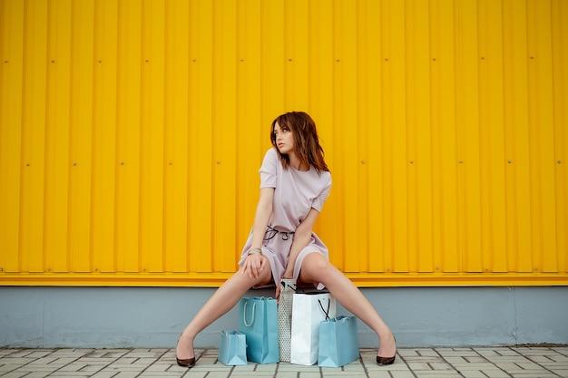 屋外の紙袋を持つ美容ショッピング女性