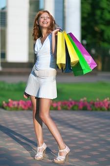 Женщина покупок красоты с бумажной сумкой