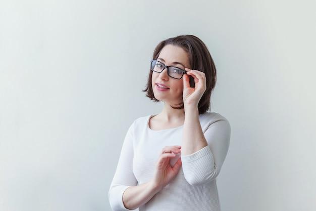 흰색 절연 안경에 아름다움 간단한 초상화 젊은 웃는 갈색 머리 여자