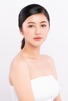 美肌顔アジアの女性健康な自然な肌は白い壁の美しさを作る
