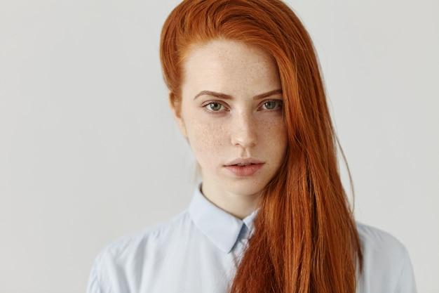 美容、スキンケア、ヘアケア。完璧なきれいなそばかすのある肌のゴージャスな若い女性の側に緩い彼女の長い生姜髪を着ています。