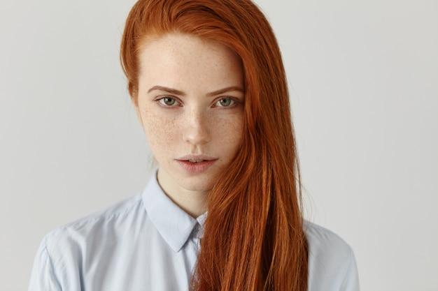 美容、スキンケア、ヘアケア。完璧なきれいなそばかすのある肌を持つ魅力的な若いヨーロッパの赤髪の女性の肖像画