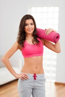 La donna sottile di bellezza è pronta per l'aerobica