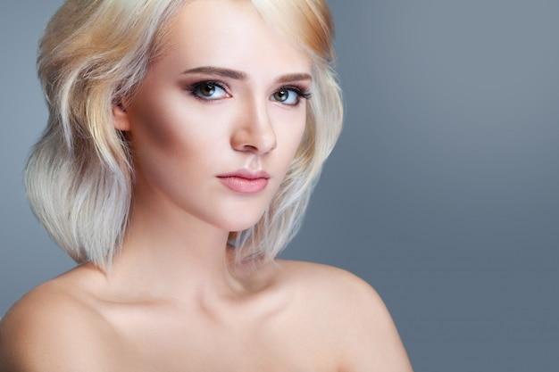 Красавица улыбающаяся модель с естественным макияжем и длинными ресницами