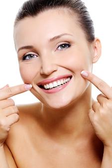 Fronte sorridente di bellezza della donna con i denti di salute