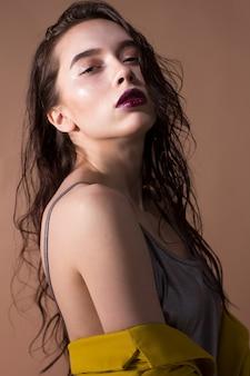 魅力的な白人ブルネットの女性の美容スタジオの肖像画。