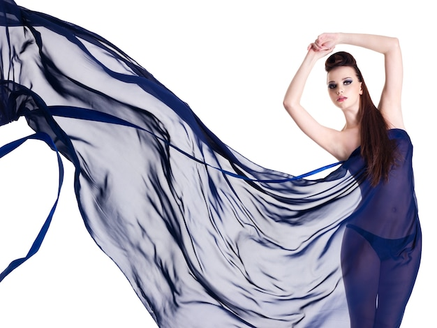 Bellezza e stile di giovane donna che posa con chiffon blu brillante - spazio bianco