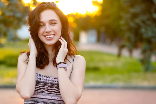 Beauty sunshine girl portrait. happy woman smiling. emotional portrait of fashion stylish portrait of pretty young hipster woman
