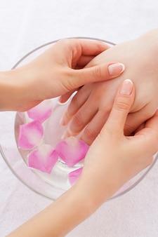 Косметические процедуры. крупный план массажиста, массирующего руку клиентки