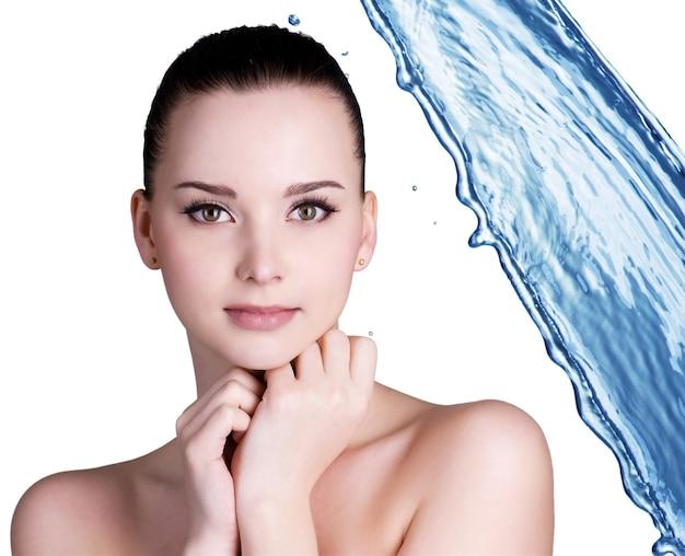 Concetto di trattamento di bellezza della donna con acqua blu.