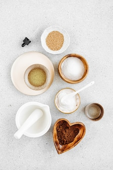 홈메이드 스킨 케어 화장품 마스크를 만들기 위한 뷰티 트리트먼트 성분. 흰색 테이블 배경에 점토, 크림, 에센셜 오일, 천연 재료를 넣은 다양한 그릇. 유기농 스파 화장품