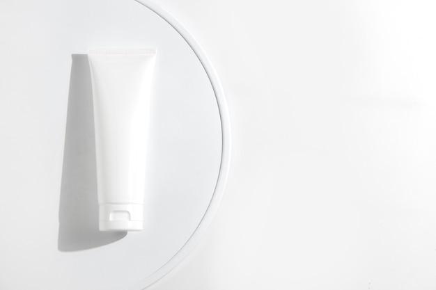 Косметические процедуры, медицинский уход за кожей, косметический лосьон, крем, сыворотка, макет бутылки, упаковка продукта на белом фоне декора в медицинской фармацевтической медицине