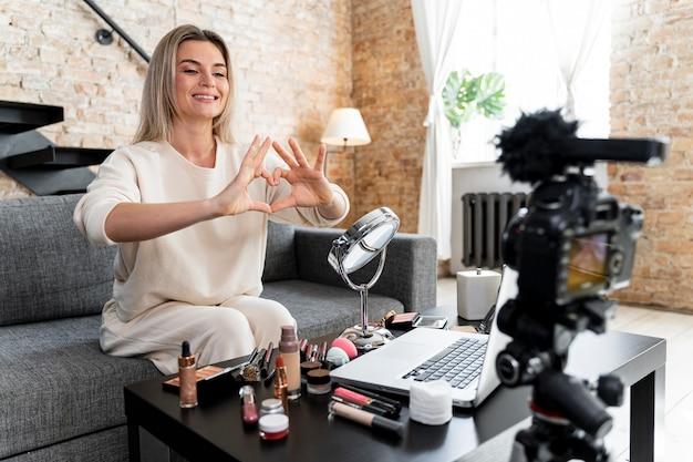 自宅でビデオをやっている美容ブロガー