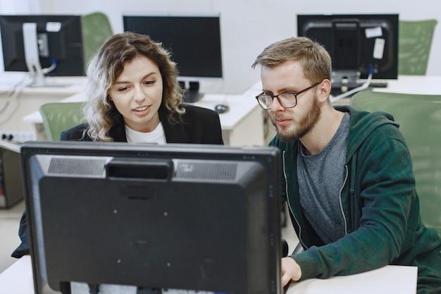 友達との美しさ。男性と女性が通信します。学生はコンピュータサイエンスを学びます。