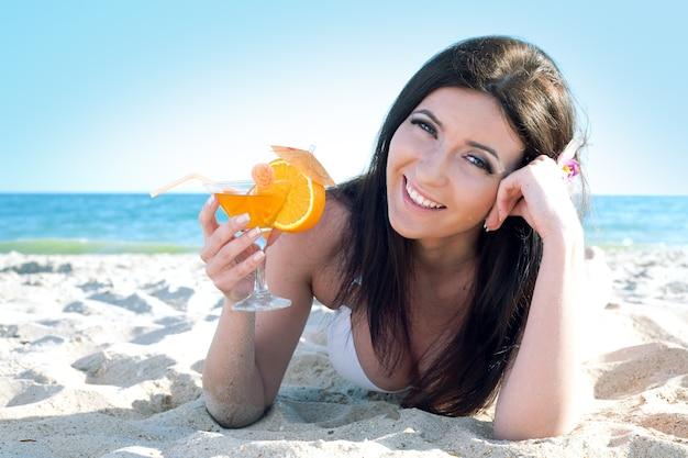 Женщина красоты на морском пляже