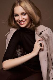 美容女性。美しい若い女性。茶色の背景に分離された肖像画。健康管理。完璧な肌。
